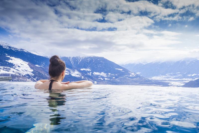 Frau stärkt ihr Immunsystem durch Eisbad