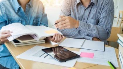 Schüler machen Hausaufgaben
