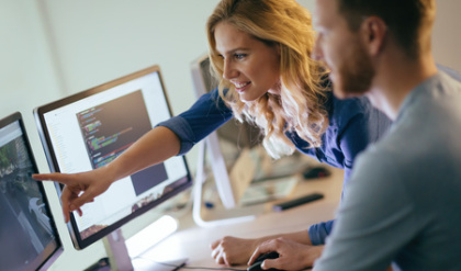 Informatik-Studenten vor Computer-Monitoren
