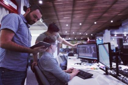 Medieninformatiker am Bildschirm