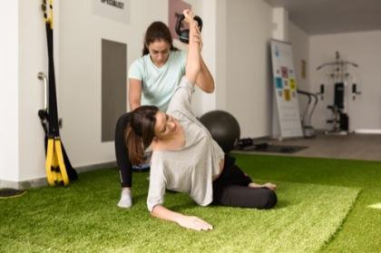 Physiotherapeutin mit Klientin bei der Therapie