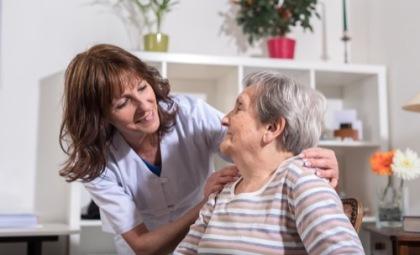 Seniorenbetreuerin und alte Frau