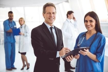 Gesundheitsmanager und Pflegedienstleiterin im Gespräch
