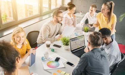 Marketingmanager im Team-Meeting