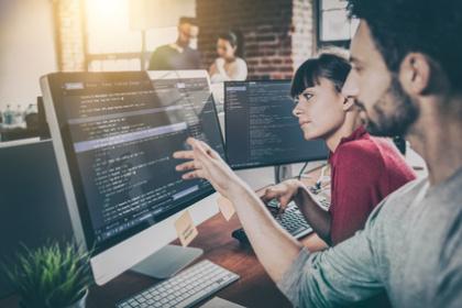 Entwickler und Projektmanagerin im Gepräch
