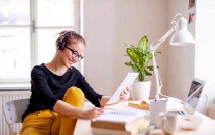 Fernstudentin am Schreibtisch