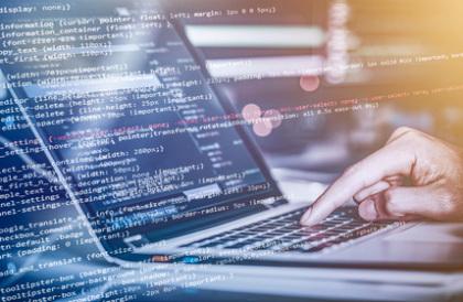 Informatik-Fernstudent programmiert am Notebook