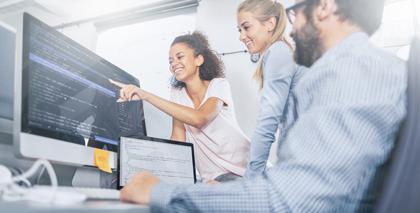 IT-Manager oder Entwickler vor dem Bildschirm