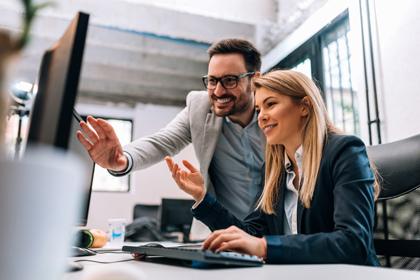 E-Commerce-Manager und Onlinemarketer vor dem Bildschirm