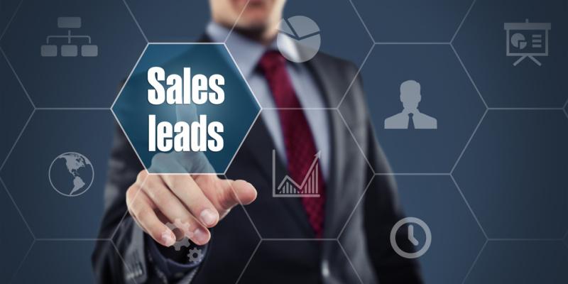 Onlinemarketing-Manager berührt einen Bildschirm