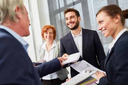Personalmanager und Bewerber im Gespräch