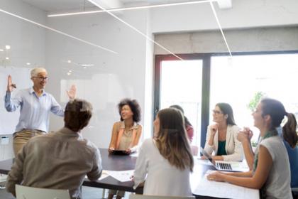 Pflegepädagogik kommuniziert zu Teilnehmer in einem Seminar
