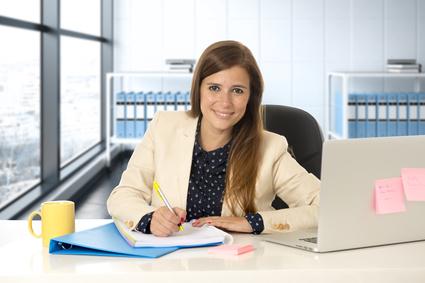 Fremdsprachenkorrespondentin übersetzt im Büro