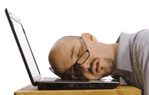 Fernstudent schläft auf dem Laptop